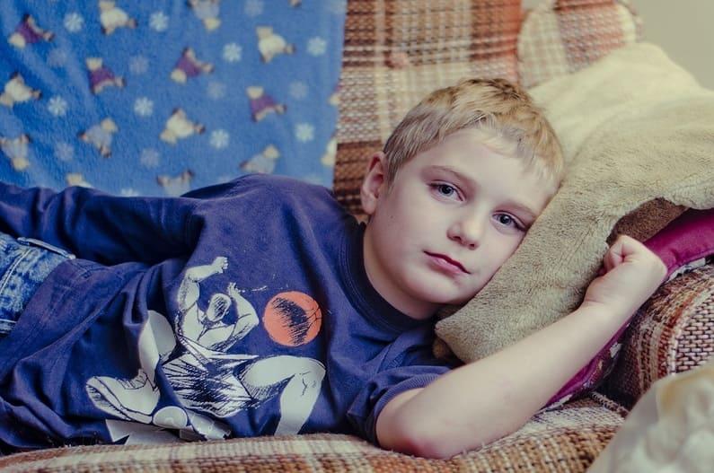 """Im ersten Teil unserer Artikelreihe """"Psoriasis bei Kindern und Jugendlichen"""" haben wir uns mit der Ausprägung von juveniler Psoriasis beschäftigt. Diese unterscheidet sich meistens sehr von der Ausprägung bei Erwachsenen. Wie Schuppenflechte bei Kinder und Jugendlichen therapiert wird und welche Schwierigkeiten eine Therapie mit sich bringt, das berichten wir dir hier im nächsten Teil unserer Artikelreihe., Schuppenflechte, Psoriasis"""